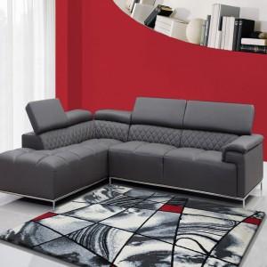 Vzorovaný koberec sivej farby s červeným detailom