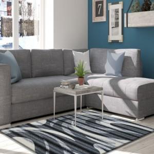 Pruhovaný sivý koberec do predsiene