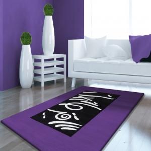 Kusový fialový koberec do spálne