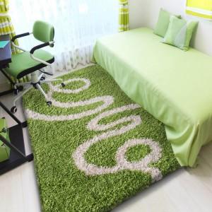 Zelený koberec shaggy s motívom stuhy
