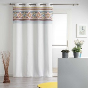 Štýlové biele závesy do obývačky s farebným detailom