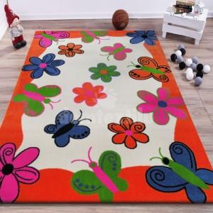Oranžový koberec s motýlikmi a kvietkami