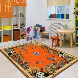 Krásny detský koberec v žiarivej oranžovej farbe so zvieratkami