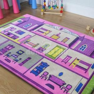 Ružový koberec do dievčenskej izby s motívom domčeka