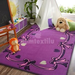 Krásny detský koberec fialovej farby s mašličkami