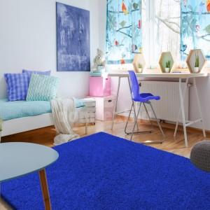 Krásny koberec v kráľovskej modrej farbe