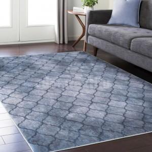 Kvalitný sivý koberec s jemným ornamentom