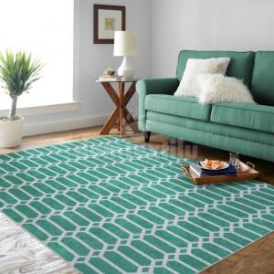 Krásny koberec v zelenej farbe s ornamentom