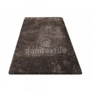 Hnedý chlpatý koberec do spálne