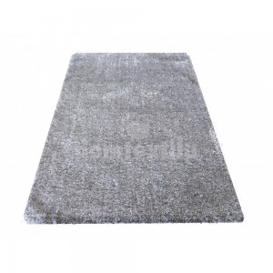 Chlpatý koberec sivej farby