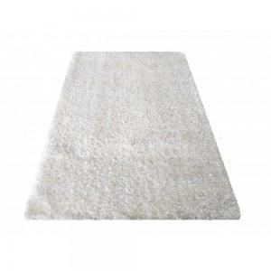 Krémový chlpatý koberec do spálne