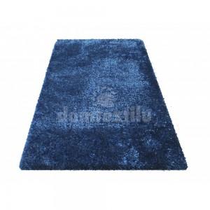 Tmavo modrý koberec s dlhým vlasom