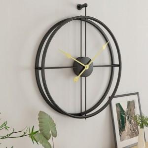 Moderné kovové hodiny čiernej farby so zlatými ručičkami