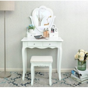 Toaletný stolík so zrkadlom v tvare srdca