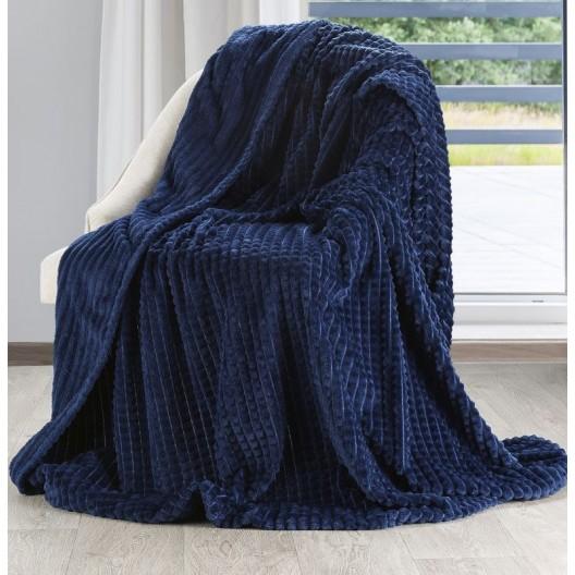 Krásna tmavo modrá jemná a teplá deka so vzorom