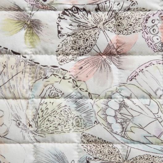Prehoz na posteľ v pastelových farbách a jemnou potlačou motýľov