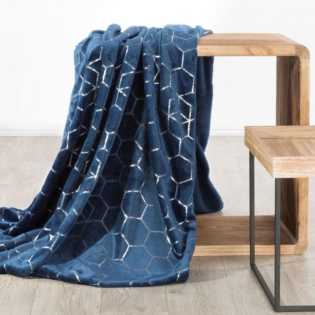 DomTextilu Krásna tmavo modrá deka z mikrovlákna s módnym strieborným vzorom Šírka: 170 cm | Dĺžka: 210 cm 14565-103821