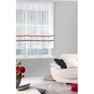 Krásna krátka krémová záclona ozdobená dekoratívnymi farebnými pruhmi