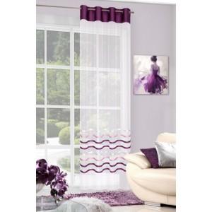 Luxusná krémová záclona do obývačky ozdobená fialovou látkou a pruhmi