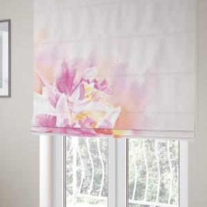 Romantická okenná roleta šitá na mieru v ružovej farbe s kvetom