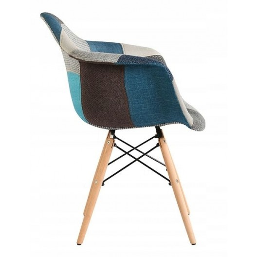 Modrá čalunená stolička v škandinávskom štýle