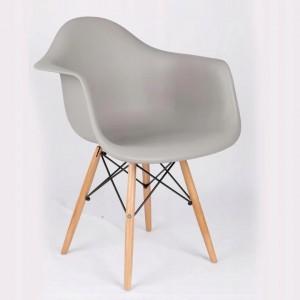 Moderná stolička sivej farby do kuchyne