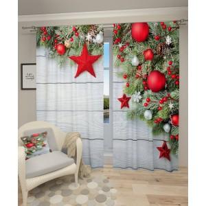 Krásny vianočný záves s červenými vianočnými ozdobami