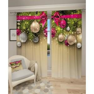 Krémový záves s vianočnými ozdobami a ružovou mašľou