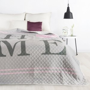 Moderný prehoz na posteľ sivej farby s jemným prešívaním