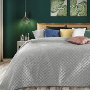Jednofarebný krásny prešívaný prehoz na posteľ s sivej farbe