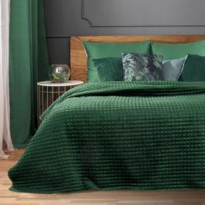 Jednofarebný zelený prehoz na posteľ s dekoratívnym prešívaním