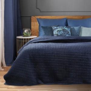 Krásny tmavo modrý prehoz na posteľ s módnym prešitím