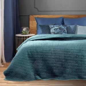 Jednofarebný azúrovo modrý prešívný prehoz na posteľ