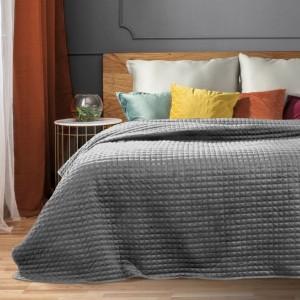 Svetlo sivý jednofarebný prešívaný prehoz na posteľ