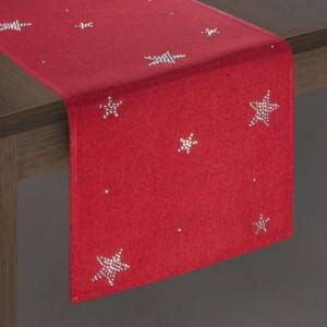 Krásny červený vianočný behúň na stôl s ozdobnými hviezdami