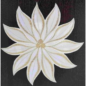 Elegantné vianočné prestieranie bielo zlaté v podobe kvetu
