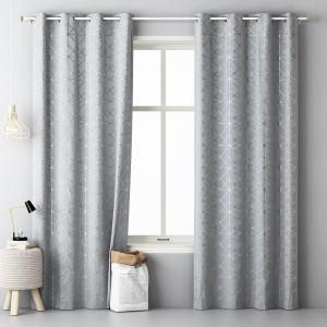 Sivý vzorovaný záves do obývačky so zavesením na kovové kruhy