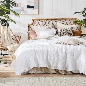Elegantný prešívaný prehoz na posteľ bielej farby
