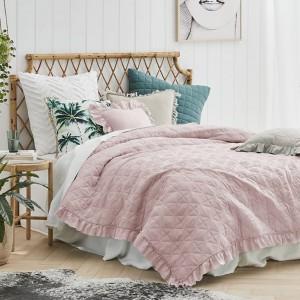 Ružová prešívaná prikrývka na manželskú posteľ