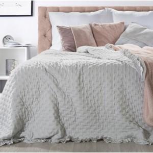 Vzorovaný prehoz na posteľ v sivej farbe
