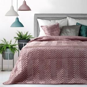 Ružový prehoz na posteľ s moderným prešívaním