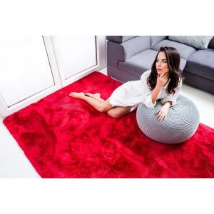 Mäkký plyšový koberec červenej farby