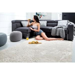 Mäkký plyšový koberec krémovej farby
