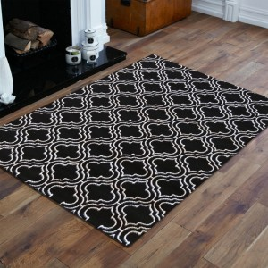 Kvalitný škandinávsky koberec v čiernej farbe s bielym vzorom