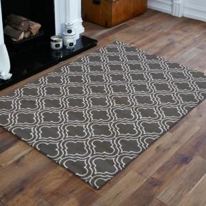 Škandinávsky koberec v sivej farbe s bielym vzorom