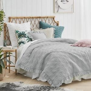 Sivý prešívaný prehoz na posteľ s vkusným límcom
