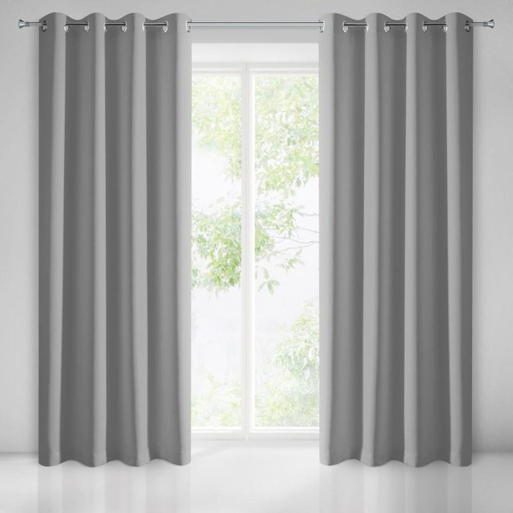 Dlhý záves na okná v sivej farbe