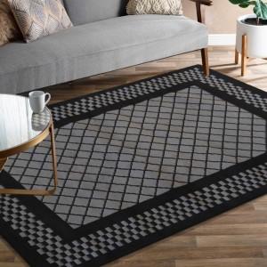 Tmavo sivý koberec s čiernym vzorom
