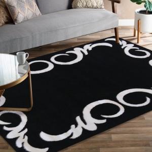 Čierny koberec s bielym ornamentom