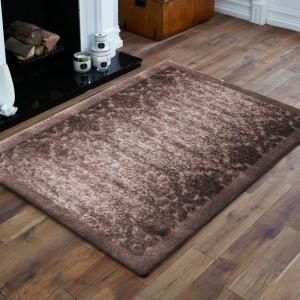 Hnedý koberec s vysokým vlasom